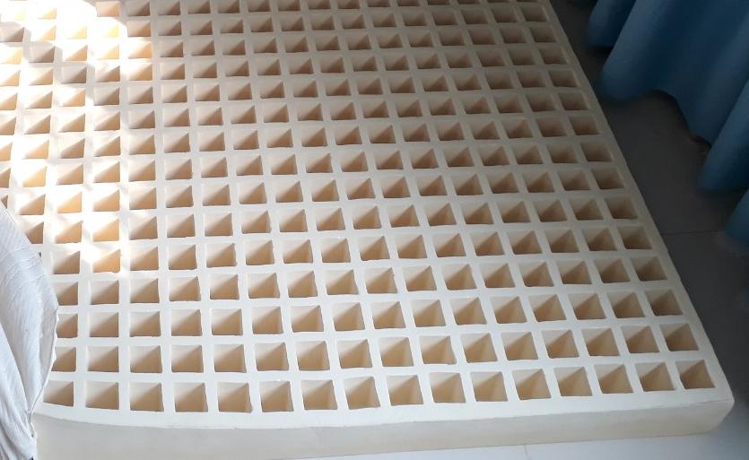 Mặt lỗ vuông của nệm cao su Liên á
